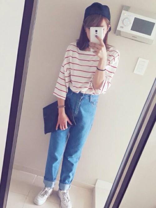 キャップを被って外出するスタンスは韓国人女性の定番。足細に見せるストレートなラインの出るレギンス、そして大きめのストライプシャツとネイビーでスポーティーなファッションで。