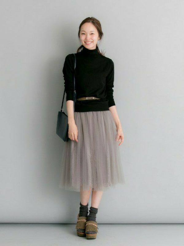 繊細な細ベルトは、チュールスカートと同色でさり気ないおしゃれのポイントに。