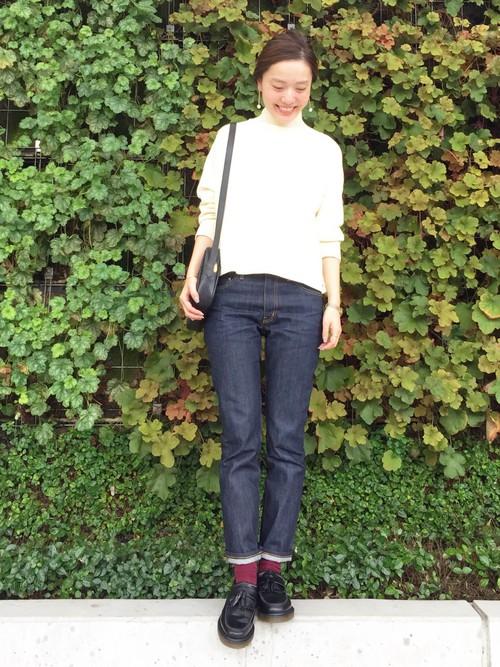 濃紺のジーンズをロールアップさせてローファーを見せたコーデがシンプルなハンサムレディコーデ!