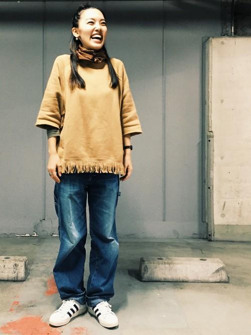 ブラウンのスカーフを首元にくるくる巻いてオシャレに防寒しています。春先のまだちょっぴり肌寒い日におススメのスカーフテクニック。裾にフリンジのついたキャメルカラーのスウェットもかわいいですね。