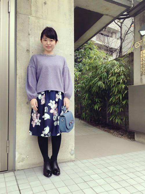 落ち着いた紺の布地に大ぶりの花柄がほどこされたフレアスカートで、和服のような楚々としたイメージがありますね。ドルマンスリーブの上品な淡い紫のトップスがとてもしっくりしています。