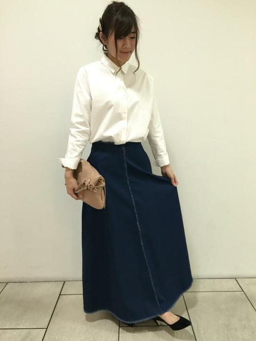 マットな印象のシャツにロングデニムスカートでクラシカルなコーデを。ベージュのクラッチバッグでシックな印象を持たせれば、イマドキっぽいレトロコーデに。