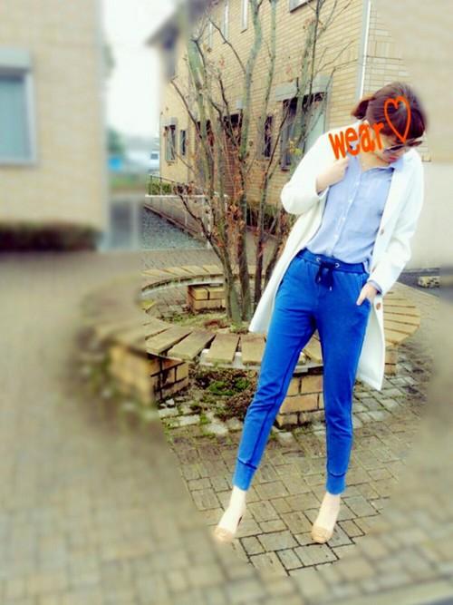 デニム仕様のブルーのスウェットパンツは、シャツとロングカーディガンで大人っぽさもプラス。シャツできちっと感、スウェットパンツでゆるっと感、どちらも取り入れた絶妙バランスのおしゃれコーデです☆