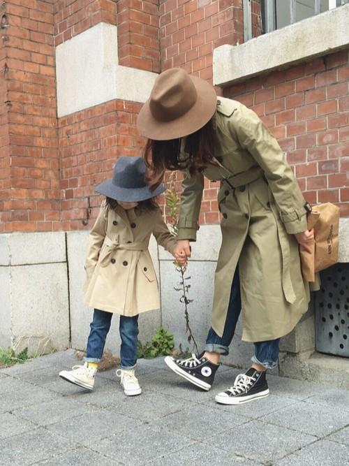 親子でスポーティなリンクコーデも良いですが、時にはオシャレ着でいかがでしょうか。トレンチは大人も子供もカッコよくキメられる優秀アイテム!