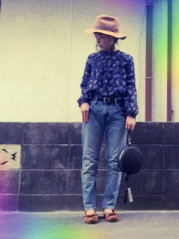 ブルー系のシャツとジーンズがラフ感をかもし出していますね。バッグがブラックなので、全体を引き締める効果が。