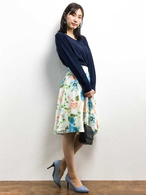 大ぶりの花柄でありながら、ウエスト部分がしっかりしたフレアスカートで上品できれいめの印象を生みだしています。紺のブラウスがしっくりあってクールビューティな仕上がりです。バッグやパンプスも吟味して!