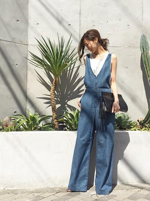 フロントがVに開いたデザインと華奢な肩紐で、女性らしく着こなすことができる、大人のイメージのオールインワン。暖かな日には、タンクトップを合わせてみても可愛いですね。