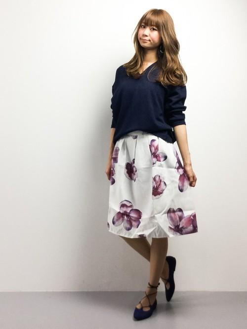 前出のスカートの別コーデバージョン。少しゆるめのサイズ感の紺色ニットと合わせて、ウエストをインせずオーバー気味に着て袖をまくると、こなれた感じのお姉さんスタイルに。