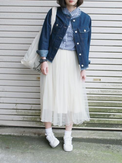 白チュールスカートはデニムとスニーカーに合わせてもキュート♪ブルーのギンガムチェックがカジュアルさとナチュラルさを更にプラスオン!コットンカジュアルなさわやかさで、まとまっています。