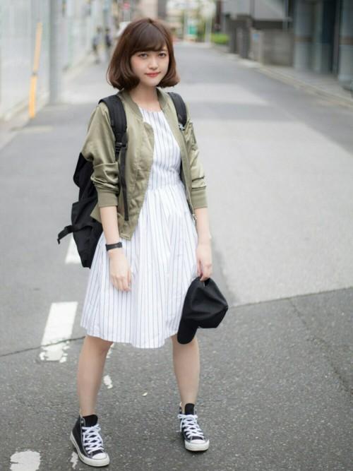 ストライプの上品なワンピとシンプルなジャケットに黒のリュックをプラスして、女性らしさを残しつつボーイッシュに。