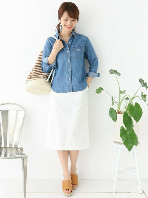 デニムシャツ×白スカートの組み合わせが爽やかなコーデですね。ボーダー柄のバッグでさりげなくマリン風に。