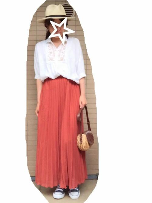 動きを出してくれるプリーツスカート。春先にピッタリ色は、明るい印象を与えてくれます♪トップスをキレイめなシャツと合わせた上品なコーデに、スニーカー、ハットでカジュアル感をプラス!