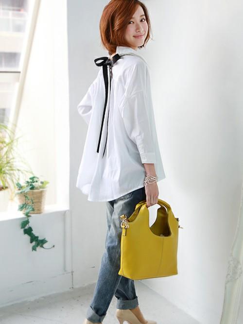 バックリボンシャツは、白を選んでも甘すぎになりません。春夏コーデに必須の白シャツは1枚は持っておきたいアイテム。振り返るときに最も美人に見える女性の魅力を背中のリボンがさらに底上げ。リボンは取り外しができますから、オンタイムにはジャケットの下に着て、ウエストインして。