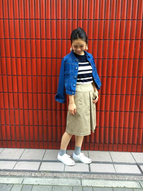 着合わせしやすいシンプルな、ベージュのスカートです。ボーダーとデニムジャケットで、春のマリンスタイルに!