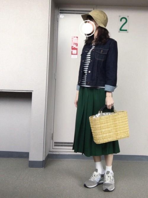 春らしいグリーンのスカートにデニムジャケットを羽織ればカジカワコーデの完成♡重ためなカラーリングなので、カゴバッグで季節感をプラスしましょう。