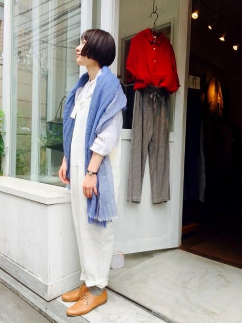 オールホワイトでまとめた上下にきれいなブルーのストールを羽織ったコーデ。春らしい爽やかな着こなしが素敵です。