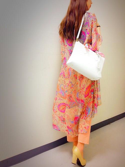 派手になりがちなロングカーディガンですが、シンプルなバッグと合わせることでスマートに着こなせますね。
