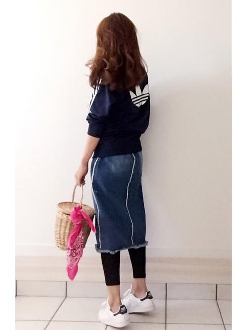 フリンジデニムスカートにアディダスのジャージを合わせた大人可愛いカジュアルコーデ。ピンクのバンダナを巻いた蓋付きかごバッグでナチュラル感をプラス。