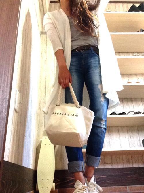 ちょっと薄手のニットのカーディガンは、あえてシンプルなグレーのインナーに、足元とバッグはお揃いの白色で統一すると、さわやかな印象になりますよ。