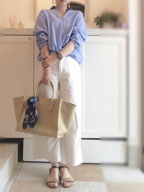 空色のクロスバルーンブラウスとホワイトワイドデニムを合わせて爽やかな大人カジュアル。裾フリンジとストラップサンダルがこなれ感をプラス♡