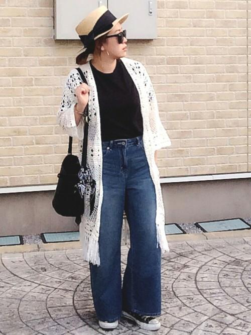 リゾート感のあるカンカン帽子とロングカーデはこれからの季節マストアイテムになりそう♪裾広がりのデニムワイドパンツで、こなれた雰囲気に。