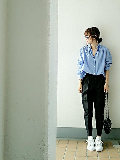 きれいなブルーのタックシャツを白いスニーカーで着こなします。もったりとテーパードパンツを合わせてシャツのきれいさとスニーカーの白さを際立たせています。