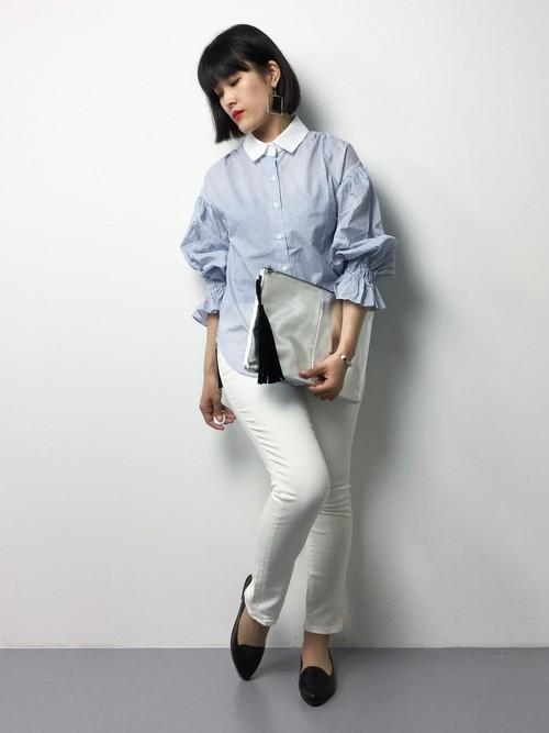 袖のデザインが個性的なシャツもストライプだと爽やかになりますね!襟とジーンズの白でさらに爽やかに♪