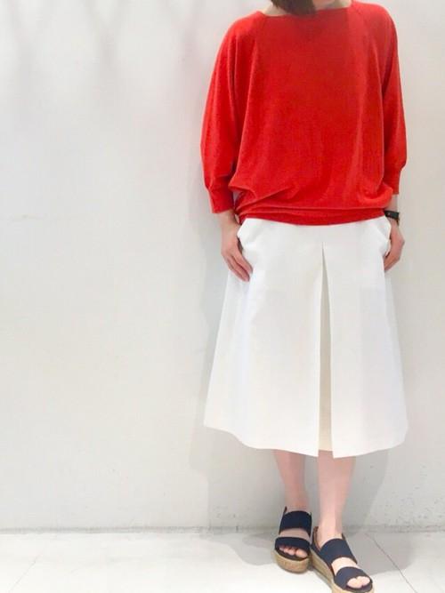 鮮やかな赤いプルオーバーに、目を惹かれるコーディネートです。白いスカートに、春を感じますね!