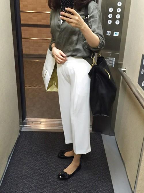 カーキシャツ×ホワイトパンツでカッコよくスタイリッシュにまとめて♪ブラックのバッグがコーデに奥行をプラスしてくれてリッチな印象の着こなしを作ってくれます。