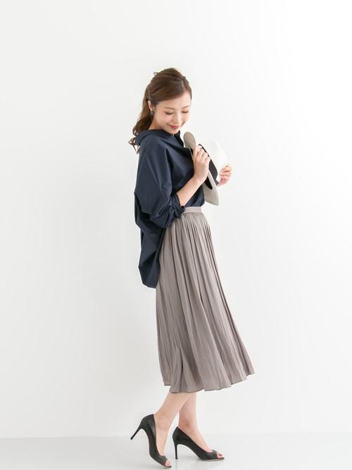 かっこよく決まりがちなシャツもテロッした揺れるスカートと合わせれば綺麗めスタイルの完成!甘すぎず、かっこよくなりすぎず、大人の女性らしいスタイルです。