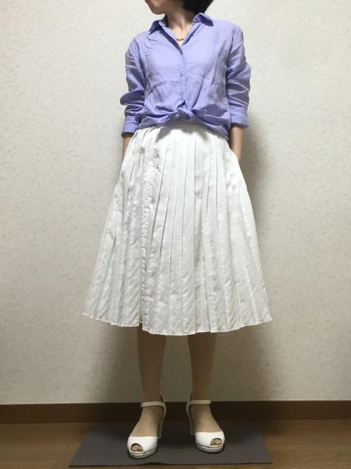 ホワイト×パステルブルーは王道の爽やかコーデに♪ウエスト部分でシャツの裾をリボンのように結べば清潔感もあり、可愛らしさもUPします。