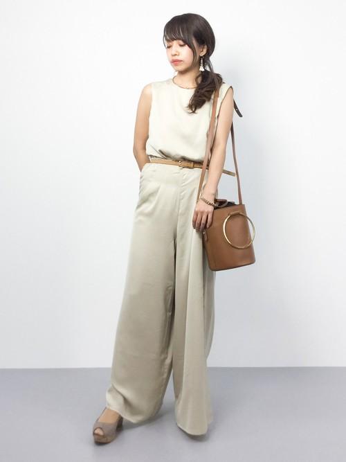 ベージュと同系色のライトブラウンのバッグやベルトで統一感を出しながらも、メリハリのついたコーディネート。靴もベージュ系のグレージュでそろえています。