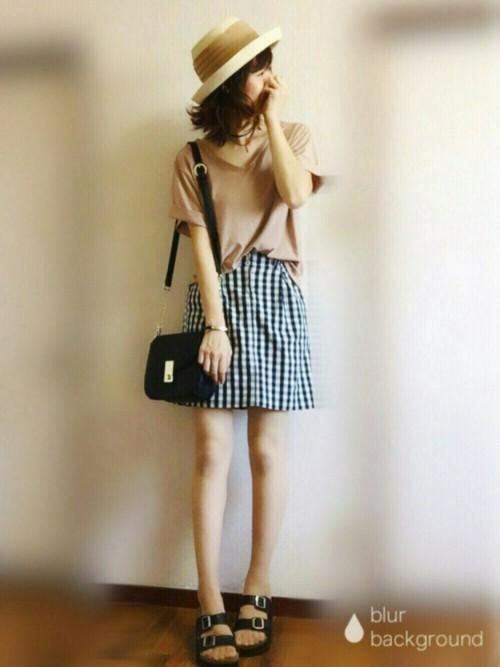 ベージュのトップスだから、ギンガムチェックのミニスカートが映えていますね。ハットでキュートな装いに!