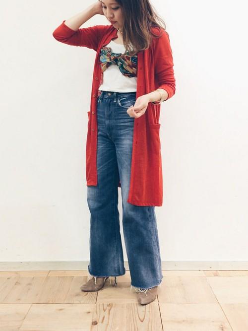 バンドゥのようにスカーフを胸元巻いて、赤のロングカーディガンを羽織ったデイリーデニムコーデに個性とセクシーさをプラス。二度見してしまいそうなスカーフアレンジ。