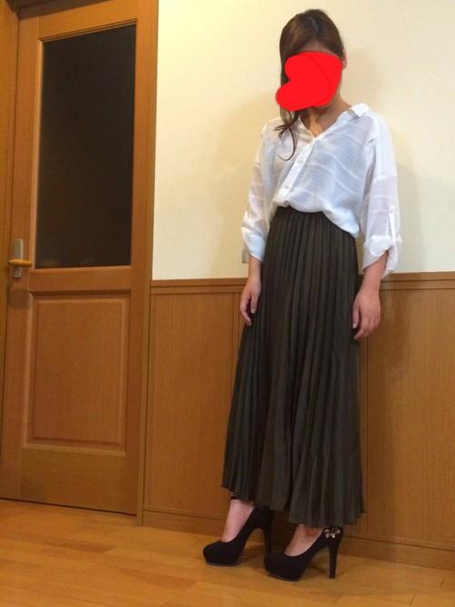 ロングスカートにINしてハイヒールと合わせれば足長効果抜群!首元だけ上手に肌魅せすることで子どもっぽさを解消してくれるコーディネートです。