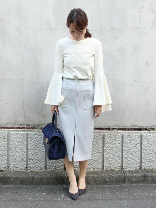 フレアスリーブがポイントのブラウスに、ペールブルーのタイトスカートを合わせて。キレイめに見せたい時は、ワイドなシルエットのボトムよりもタイトなものを合わせた方がスッキルまとまりやすいです。