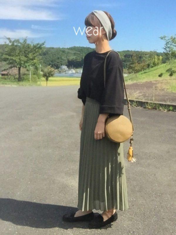ブラウンのバッグと相性のよいカーキは、フェミニンなプリーツスカートでコーデして。落ち着いたイメージの春コーデですね。