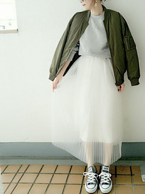 これはマストアイテムのMA-1を取り入れた達人級コーデですね、カジュアルなトップスに女性らしいい透け感のあるロング丈のスカートが絶妙なバランスの良さを醸し出していますね♪まさに「神コーデ」といえるでしょう✩