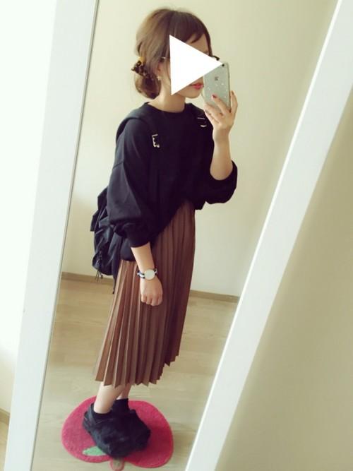 プリーツスカートに今年流にトップスを前だけインして♪ふんわりシルエットが女性らしくて可愛いですね!