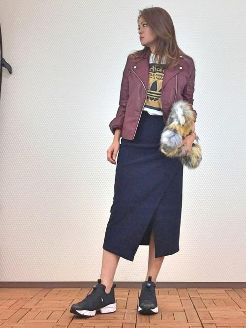 アディダスのTシャツにスニーカーでスポーツモード。長めのスカートが色っぽさをプラス。