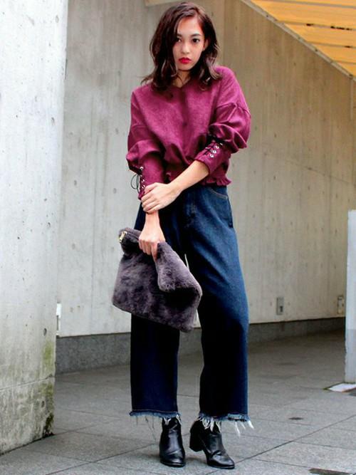ビビットなピンクに袖を編み上げているデザインのブラウスは、一枚で主役級のかわいさですね。