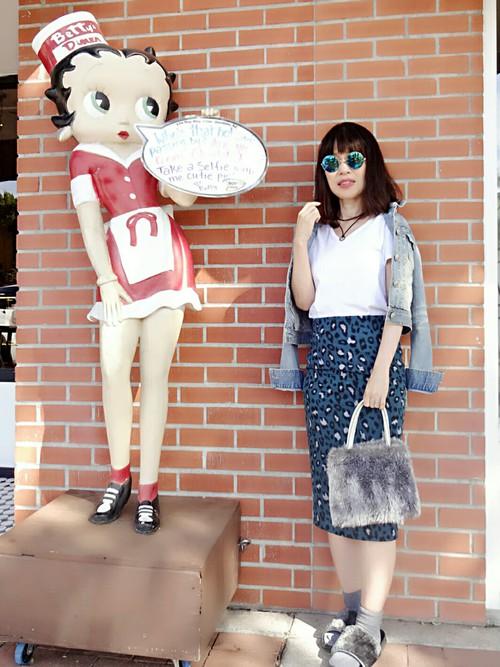 レオパード柄のきれい色のスカート。他を無地のシンプルなフォルムでまとめて。ピタッとしたシルエットでレディライクに。