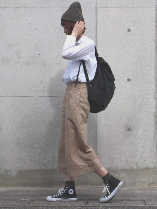 白シャツにベージュのワイドパンツのシンプルコーデに、カーキカラーのニット帽とソックスを差し色にしています。個性的でありながら、さっぱりしていて好印象ですね!