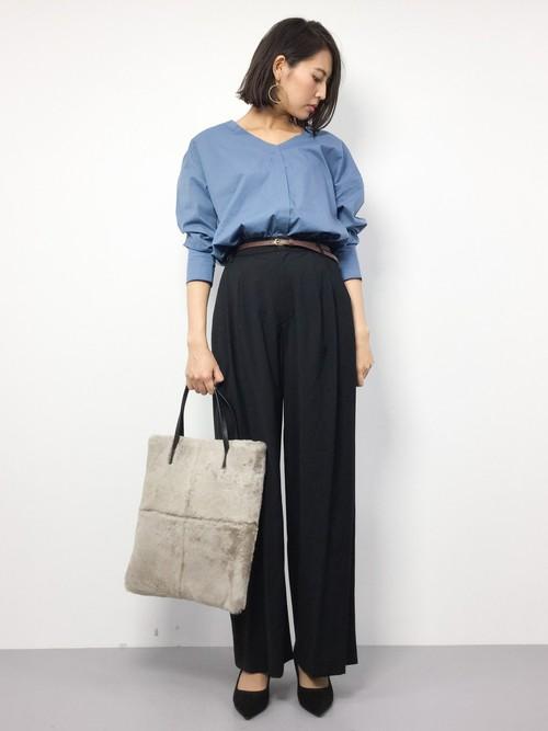 オフィスコーデに欠かせない黒パンツ。てろっとしたワイドパンツなら、今っぽいオフィスコーデになりますね!トップスはライトブルーのシャツで、鮮やかに春らしく♪さわやかな気持ちで仕事ができそうなコーディネートです◎