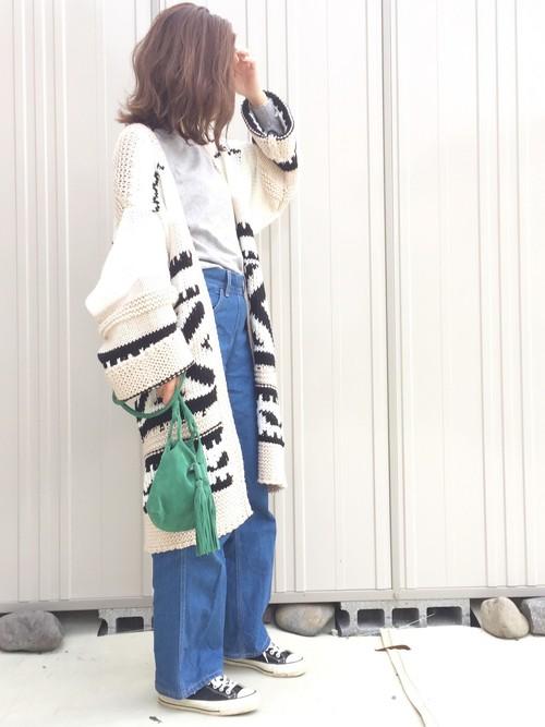 カウチンガウンを羽織れば、いつものデニムコーデもオシャレに格上げ。キレイなグリーンのフリンジつきショルダーバッグが人目を惹きます。