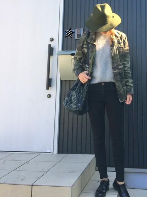 ミリタリージャケットとカーキのハットでクールなハンサム女子コーデ。スタッズがたくさんついた黒の巾着型バッグも存在感がありますね。