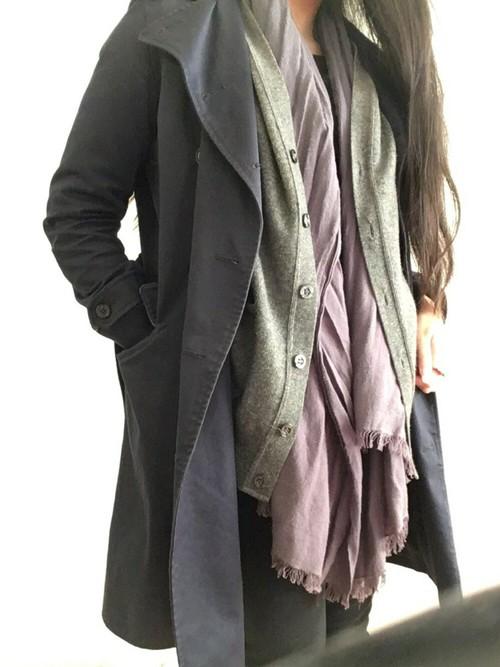 真っ黒もカッコいいけど、時に締まりすぎるイメージになりますよね。UNIQLOのアッシュ感あるダークトーンは普段着にも馴染みやすいカラーなんです!