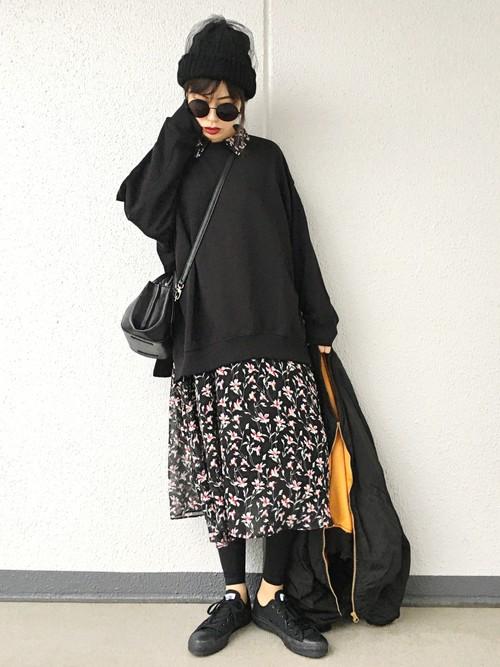花柄ワンピースにビックスウェットを重ね着♪ブラックコーデで花柄をクールにカッコ良く着こなしていますね!