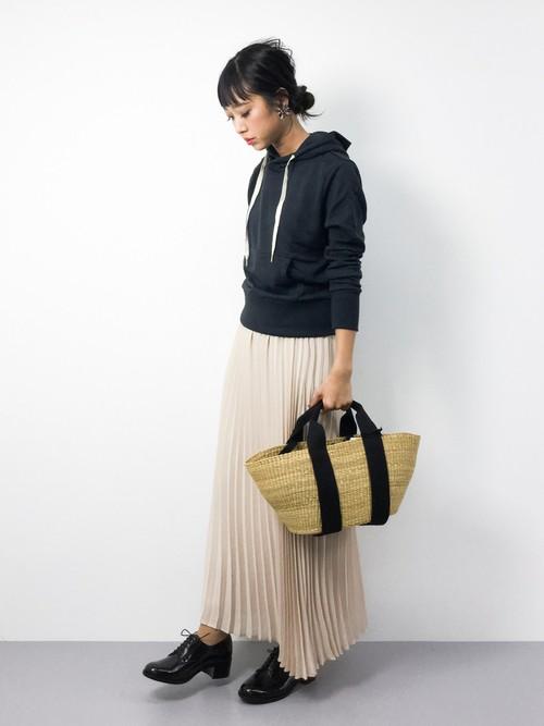 春らしいプリーツスカートコーデにカゴバッグを使えば、大人ガーリーな着こなしに♪足元はあえてメンズライクなドレスシューズを使うことでおしゃれ度を上げています。