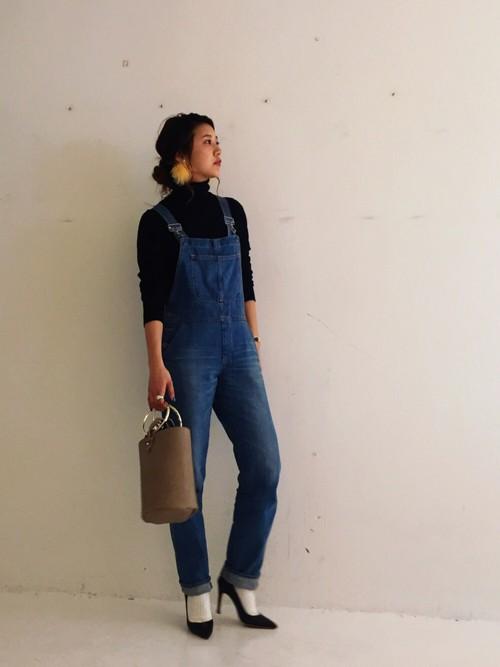 トレンドにとらわれないデニムのオーバーオールは、やはり人気のアイテムです。足元にパンプスを合わせて女性らしく着こなすのが今年風のOutfit♪